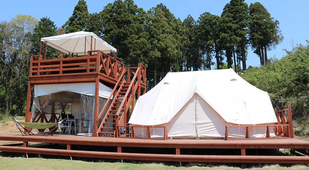 【CAMPヴィラ】1日4組限定!!見晴らし抜群の2階建てウッドデッキ付きテント!広いアウトドアリビングスペースが魅力です! 画像