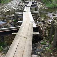 駐車場からキャンプ場まで川を渡る橋です