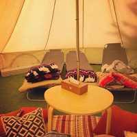 テント内には冷蔵庫、空気清浄機、扇風機があります