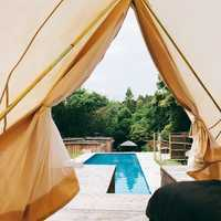 プールサイドのテント