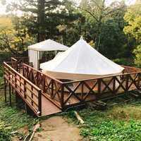 木に囲まれるテント
